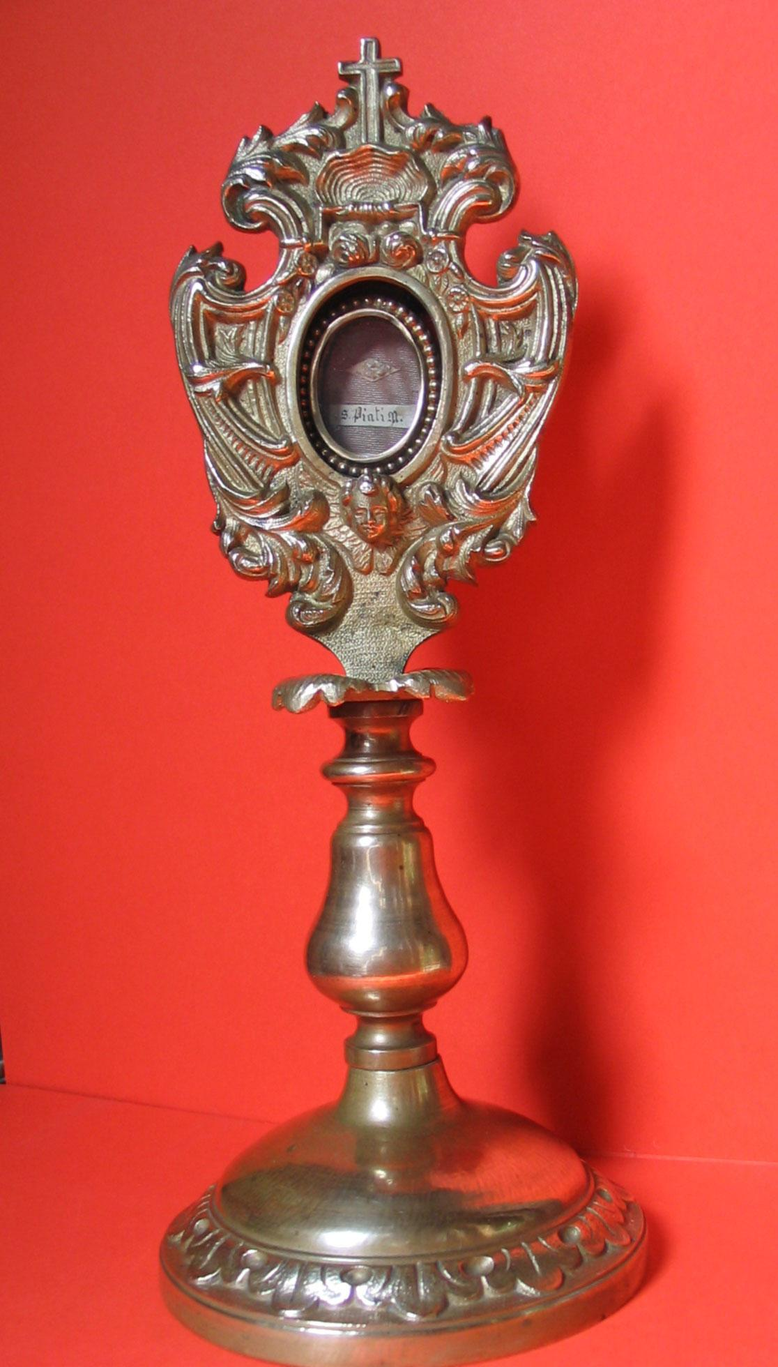 Petite monstrance de bronze et sa parcelle d'os, � Mus�e de la Tour �  - Cl. Jean-Paul Thorez - 2009